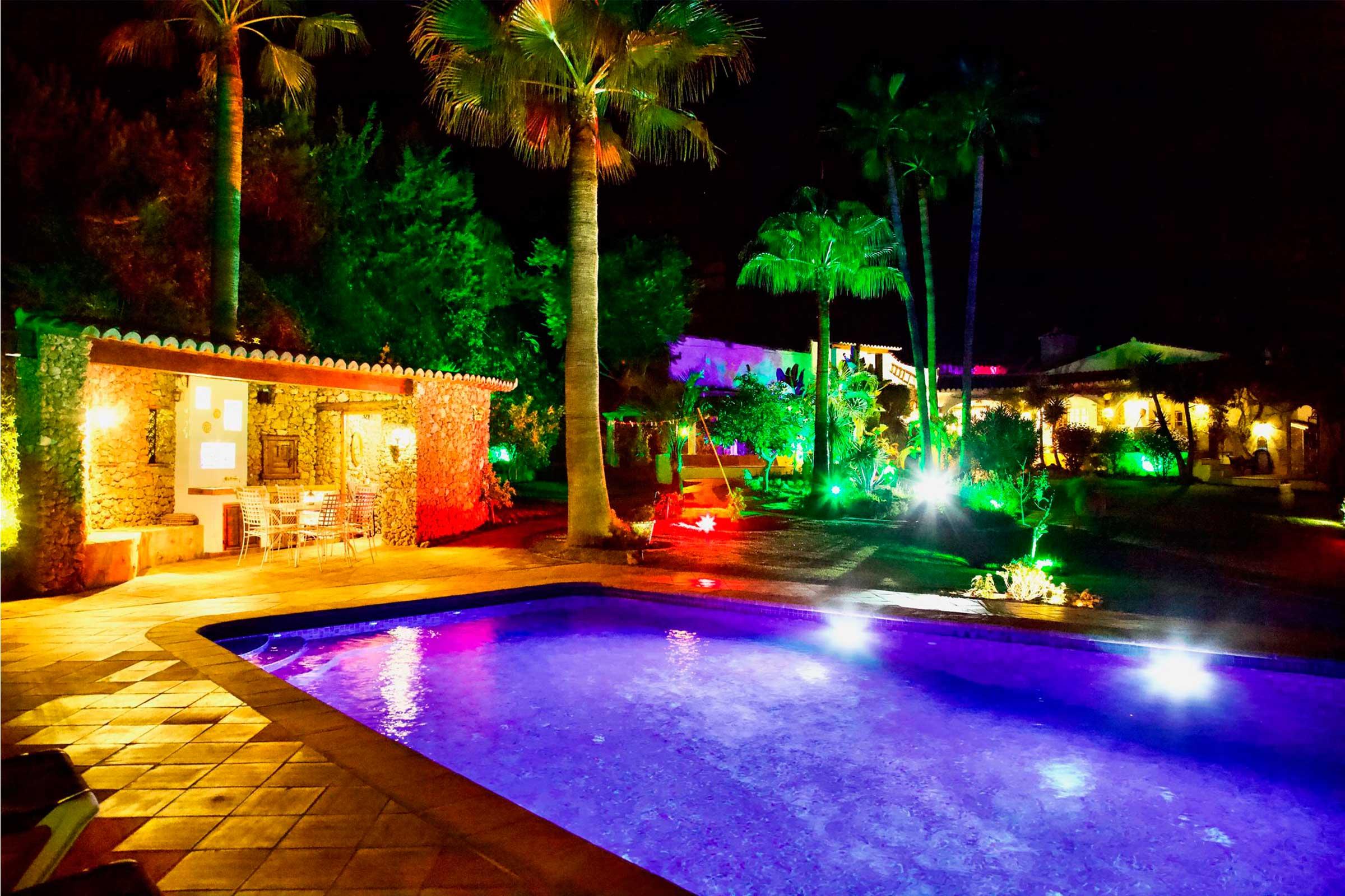 noche junto a la piscina